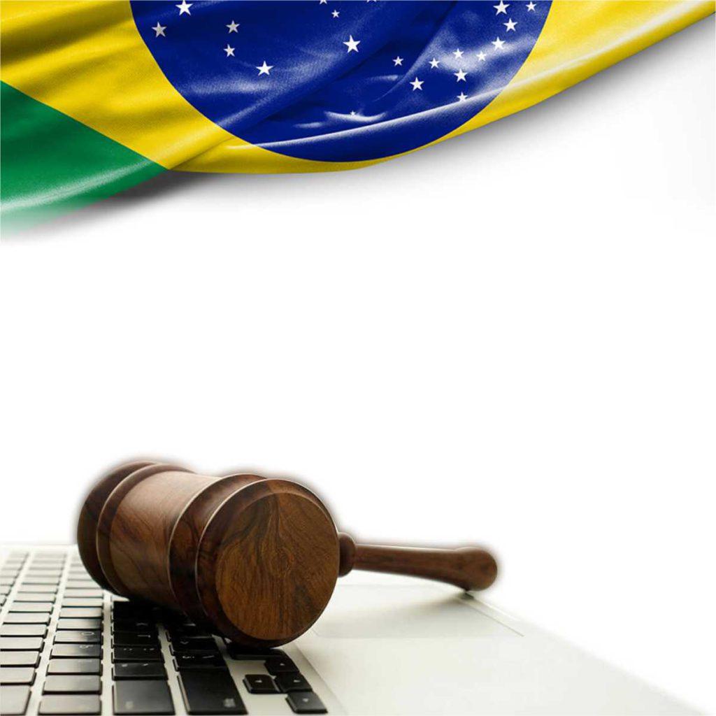 Imagem com recorte da bandeira do Brasil, um computador e um martelo para decretos