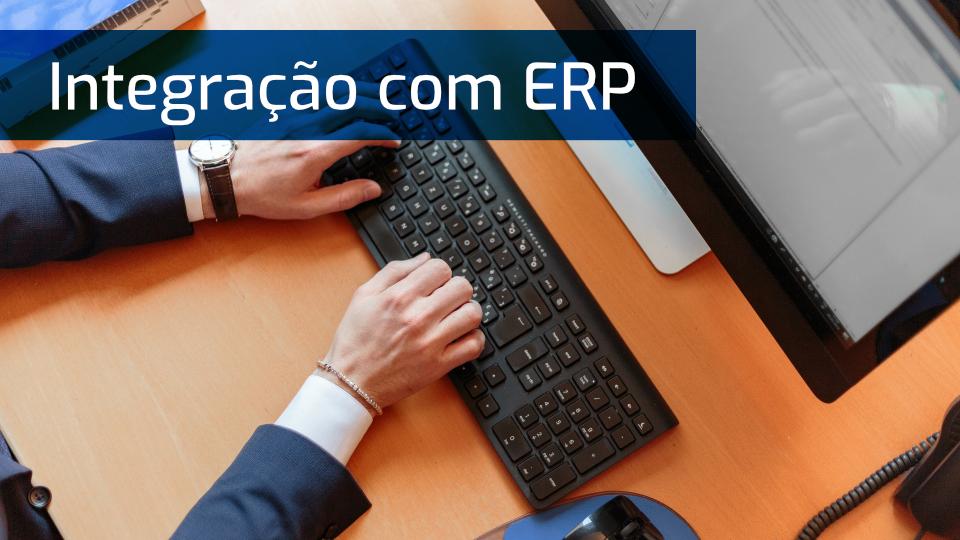 Mãos masculinas sobre teclado de computador com frase: Integração com ERP
