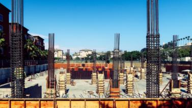 Layout de um canteiro de obras com vigas estruturais aparentes