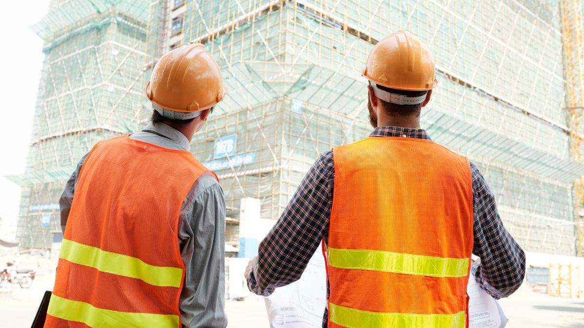 orçamentista de obra em canteiro observando construção