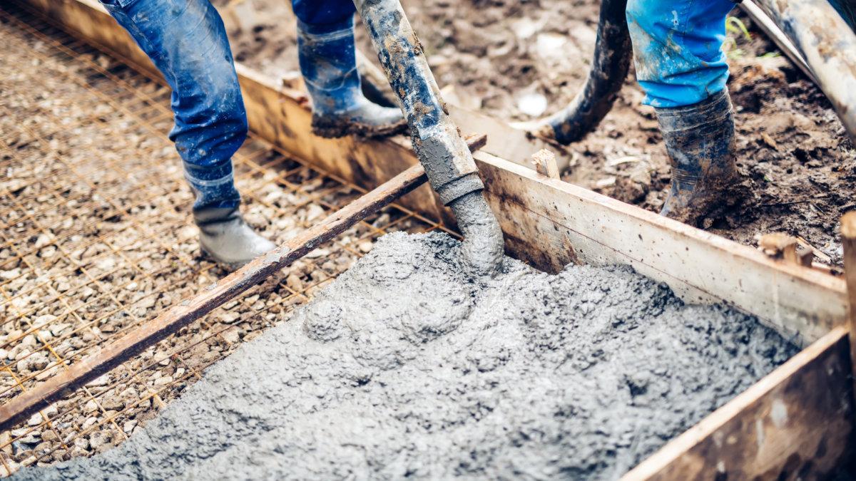 aplicação de concretagem em canteiro de obras