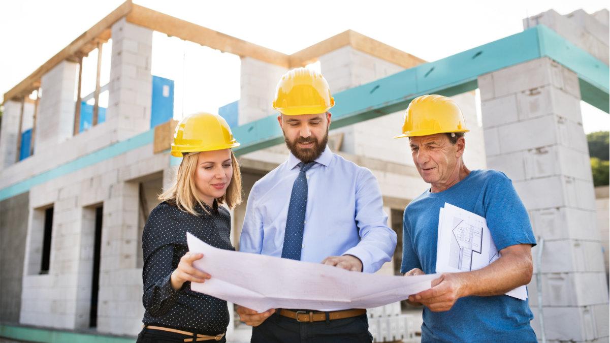 Profissionais analisam projeto de construção modular