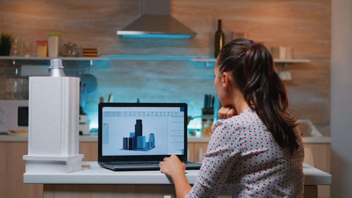 Mulher analisa dimensões do BIM em projeto